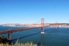 25 de Abril Bridge sobre el río Tagus, el Almada de conexión y la Lisboa en Portugal Imagen de archivo libre de regalías