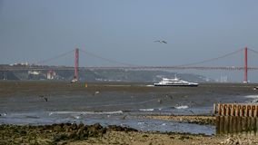 25 De Abril Bridge und Bucht in Lissabon Stockfoto