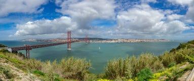 25 de Abril Bridge y de Lisboa del horizonte panorama ultra Foto de archivo libre de regalías