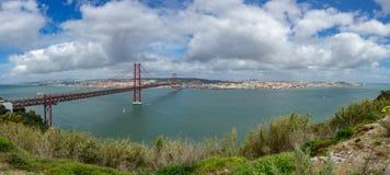 25 de Abril Bridge y de Lisboa panorama ultra Imagen de archivo