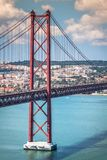 25 DE Abril Bridge zijn een brug die de stad van Lissabon verbinden Royalty-vrije Stock Foto's