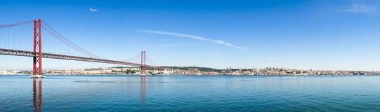 25 de Abril Cable-permanecían el puente sobre el río Tagus Imagenes de archivo