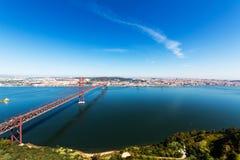 25 de Abril Cable-permanecían el puente sobre el río Tagus Foto de archivo libre de regalías