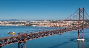 25 de Abril Cable-permanecían el puente sobre el río Tagus Foto de archivo