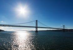 25 de Abril Cable-permanecían el puente sobre el río Tagus Fotos de archivo libres de regalías
