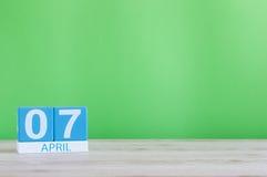 7 de abril Día 7 de mes, calendario en la tabla de madera y fondo verde Tiempo de primavera, espacio vacío para el texto Imagenes de archivo