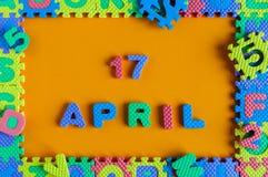 17 de abril Día 17 de mes, fondo del rompecabezas del juguete del niño del calendario diario Tema del tiempo de primavera Imagenes de archivo