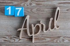 17 de abril Día 17 del mes, calendario diario en la tabla de madera Tema del tiempo de primavera Foto de archivo libre de regalías