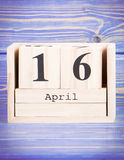 16 de abril Data do 16 de abril no calendário de madeira do cubo Imagens de Stock Royalty Free