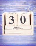30 de abril Data do 30 de abril no calendário de madeira do cubo Imagens de Stock Royalty Free
