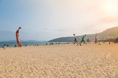 15 de abril de 2014: al mediodía en la playa en Dameisha, un grupo de gente no identificada que juega, no es cierto Dameisha es u Imagen de archivo libre de regalías