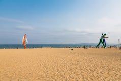 15 de abril de 2014: al mediodía en la playa en Dameisha, un grupo de gente no identificada que juega, no es cierto Dameisha es u Foto de archivo