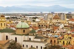 28 DE ABRIL DE 2017 CAGLIARI, ITALIA Opinión panorámica sobre la ciudad vieja de Cag Imagen de archivo