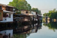 1º de abril de 2015 - Lat Phrao, Banguecoque: Casas em torno do cana de Phrao do Lat Imagens de Stock