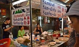 15 de abril de 2017: Mercado para o vendedor na estrada de chinatown, a rua principal da noite de Yaowarat no bairro chinês, uma  fotografia de stock