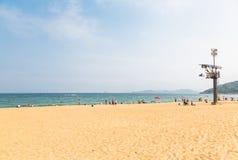 15 de abril de 2014: no meio-dia na praia em Dameisha, um grupo de povos não identificados que jogam, não está absolutamente cert Foto de Stock