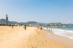 15 de abril de 2014: no meio-dia na praia em Dameisha, um grupo de povos não identificados que jogam, não está absolutamente cert Foto de Stock Royalty Free