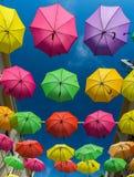 19 de abril de 2016 - Petaling Jaya, Malasia: Los paraguas hermosos y coloridos colgaron el centro de edificios de Petaling Jaya Foto de archivo libre de regalías