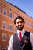 30 de abril de 2017, Roma, Italia, plaza San Lorenzo en Lucina, sonrisa hermosa del camarero Foto de archivo