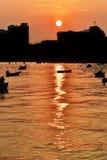 26 de abril de 2016 silueta de la foto, barco, salida del sol Turista de Koh Larn Fotografía de archivo