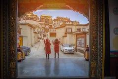 14 de abril de 2016 turista dois no templo de Songzanlin Fotografia de Stock Royalty Free