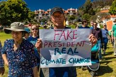 29 de abril de 2017 - VENTURA CALIFORNIA - los protestors demuestran el Día de la Tierra contra políticas medioambientales de pre Imagenes de archivo