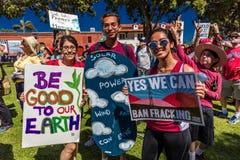 29 de abril de 2017 - VENTURA CALIFORNIA - los protestors demuestran el Día de la Tierra contra políticas medioambientales de pre Foto de archivo libre de regalías