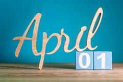 1º de abril dia 1 do mês, calendário diário na mesa com fundo azul Conceito do tempo de mola Imagens de Stock