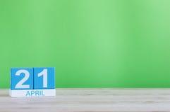 21 de abril dia 21 do mês, calendário na tabela de madeira e fundo verde Tempo de mola, espaço vazio para o texto Imagens de Stock