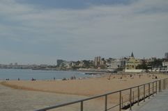 15 de abril de 2014 Estoril, Cascais, Sintra, Lisboa, Portugal Banhistas na praia de Poca na costa de Estoril Curso, natureza, imagens de stock royalty free