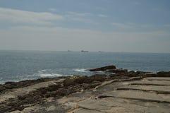 15 de abril de 2014 Estoril, Cascais, Sintra, Lisboa, Portugal Rochas de onde contemplar o Oceano Atl?ntico na costa de fotografia de stock