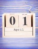 1 de abril fecha del 1 de abril en calendario de madera del cubo Imágenes de archivo libres de regalías