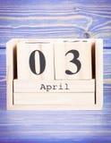 3 de abril Fecha del 3 de abril en calendario de madera del cubo Foto de archivo