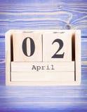 2 de abril Fecha del 2 de abril en calendario de madera del cubo Imagenes de archivo