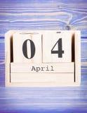 4 de abril Fecha del 4 de abril en calendario de madera del cubo Foto de archivo
