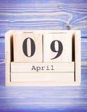 9 de abril Fecha del 9 de abril en calendario de madera del cubo Fotos de archivo