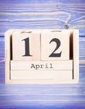 12 de abril Fecha del 12 de abril en calendario de madera del cubo Fotografía de archivo libre de regalías