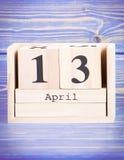 13 de abril Fecha del 13 de abril en calendario de madera del cubo Fotos de archivo libres de regalías