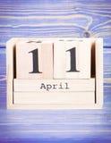 11 de abril Fecha del 11 de abril en calendario de madera del cubo Fotos de archivo libres de regalías