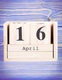 16 de abril Fecha del 16 de abril en calendario de madera del cubo Imágenes de archivo libres de regalías