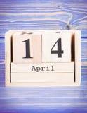 14 de abril Fecha del 14 de abril en calendario de madera del cubo Fotografía de archivo libre de regalías