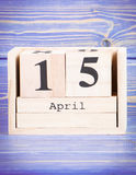15 de abril Fecha del 15 de abril en calendario de madera del cubo Fotografía de archivo libre de regalías