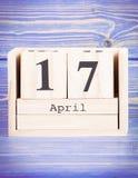 17 de abril Fecha del 17 de abril en calendario de madera del cubo Imagenes de archivo