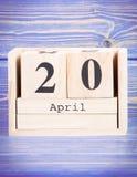 20 de abril Fecha del 20 de abril en calendario de madera del cubo Foto de archivo