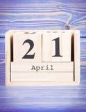 21 de abril Fecha del 21 de abril en calendario de madera del cubo Fotografía de archivo libre de regalías