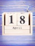 18 de abril Fecha del 18 de abril en calendario de madera del cubo Imagenes de archivo