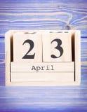 23 de abril Fecha del 23 de abril en calendario de madera del cubo Foto de archivo