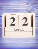 22 de abril Fecha del 22 de abril en calendario de madera del cubo Imagen de archivo libre de regalías