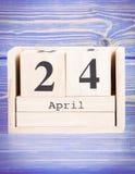 24 de abril Fecha del 24 de abril en calendario de madera del cubo Fotos de archivo