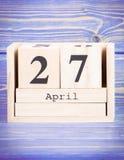 27 de abril Fecha del 27 de abril en calendario de madera del cubo Foto de archivo